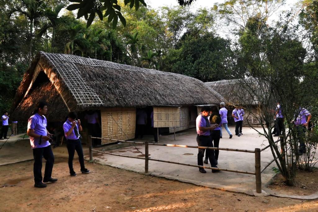 Ngôi nhà lá 5 gian được dân làng Sen dựng lên từ quỹ công để mừng ông Nguyễn Sinh Sắc, cha của Chủ tịch Hồ Chí Minh, khi ông đỗ phó bảng khoa thi Hội năm 1901. Cây cối mọc um tùm phía trong vườn đều do người dân trồng cho ông.
