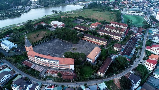 Trường Cao đẳng Sư phạm Đà Lạt chỉ cách trung tâm thành phố 2,4 km nên đường đi khá thuận tiện và dễ dàng. Đây là một trong những kiến trúc nổi tiếng của thành phố Đà Lạt. Trường được đưa vào danh sách 1.000 công trình tiêu biểu của thế giới thế kỷ 20.