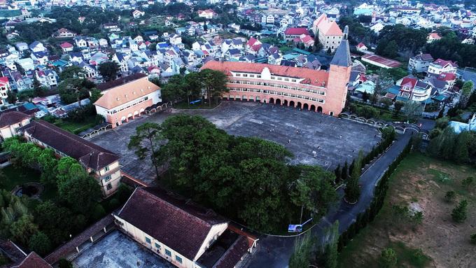 Người Pháp xây dựng trường vào năm 1927 theo bản thiết kế của kiến trúc sư Moncet. Sau 8 năm, trường hoàn thành, trở thành nơi đào tạo con em của người Pháp và các gia đình Việt giàu có.
