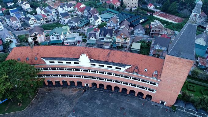 Khu giảng đường chính có hình vòng cung với 3 tầng và 24 phòng học. Công trình tựa như một cuốn sách đang rộng mở, đem lại tri thức cho mọi người.