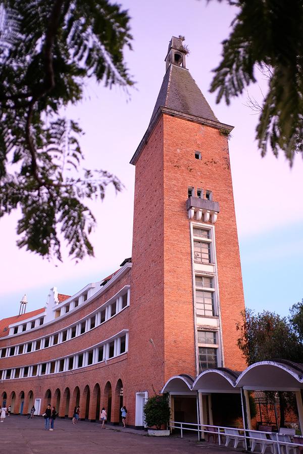 Điểm nhấn của dãy nhà hình vòng cung là tháp chuông cao 54 m.