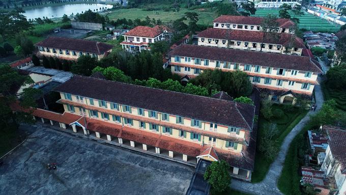 Các dãy nhà khác trong khuôn viên cao 2-3 tầng được bố trí song song dùng làm nơi học tập, hội trường, các phòng thí nghiệm và ký túc xá.