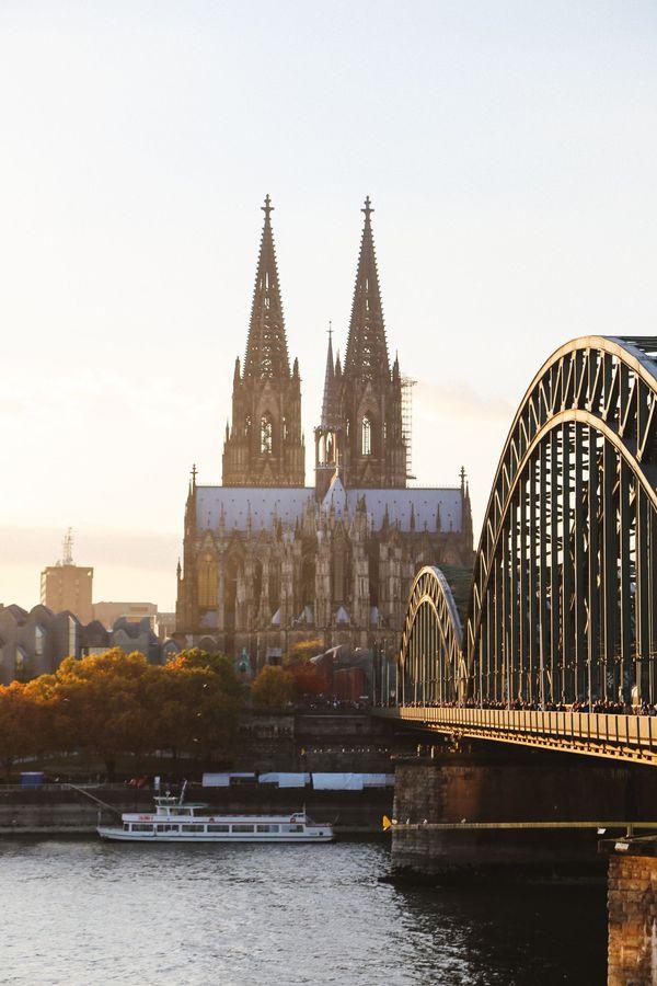Đây là nhà thờ cao thứ 2 của nước Đức (sau nhà thờ Ulmer) và thứ 3 thế giới (sau nhà thờ Sevilla và nhà thờ Milano). Nhà thờ cao 157 mét, được xây dựng bên cạnh nhà ga chính xứ Cologne và bên con sông Rhein. Đặc biệt, nhà thờ có tổng diện tích gần 8.000 mét vuông và có chỗ cho hơn 20.000 người. Chính điều này đã giúp nhà thờ tạo nên kỷ lục riêng. Đó cũng là một trong những nét nổi bật của Cologne, khiến đây trở thành điểm tham quan nổi tiếng nhất ở Đức từ những năm 2000. Ảnh: Pinterest.