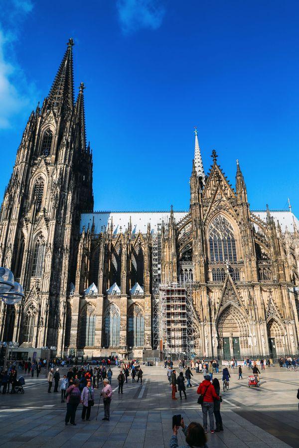 Năm 1248 nhà thờ Cologne được xây dựng lại trên nền cũ của nhà thờ được xây dựng từ năm 873 dưới vương triều Caroline, trong lễ kỷ niệm Assumption của Đức Trinh Nữ Maria. Vào đầu thế kỷ 16, việc xây dựng nhà thờ bị hoãn lại do thiếu tiền xây dựng và thiếu sự quan tâm của người dân Đức. Năm 1842 người Đức mới tiến hành tiếp công trình xây dựng nhà thờ. Đến năm 1880, nhà thờ Cologne chính thức hoàn thành. Cologne được coi là công trình kiến trúc nghệ thuật tiêu biểu của Châu Âu. Toàn bộ nhà thờ được xây dựng bằng đá granito mài bóng. Trên nhà thờ có các ngọn tháp nhỏ trang trí khiến nhà thờ thêm lộng lẫy.