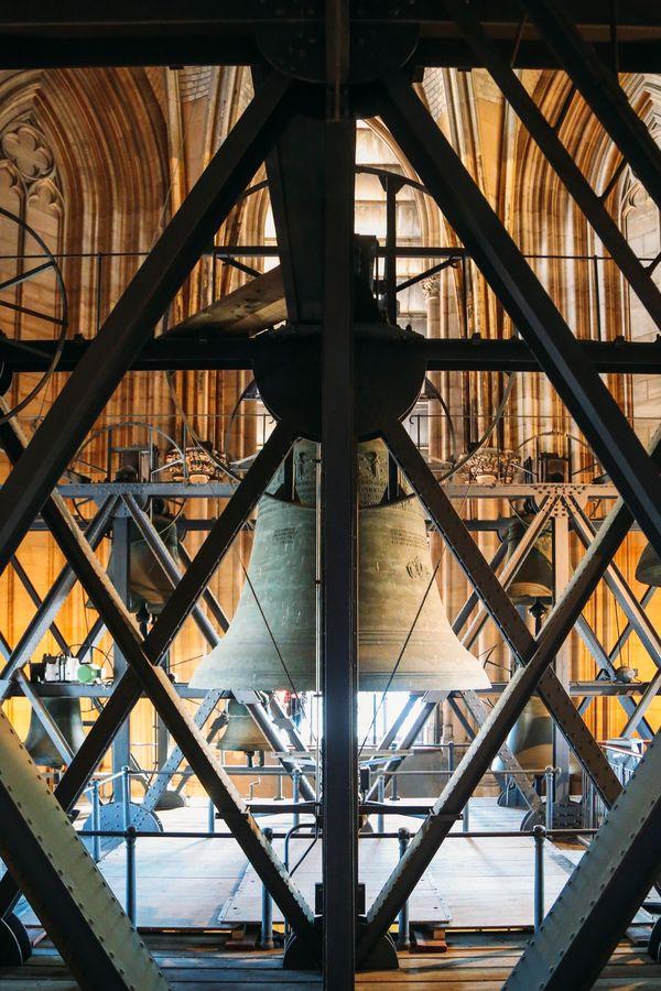Trong nhà thờ có 5 quả chuông, trong đó có quả chuông St. Peter 24 tấn là nặng nhất. Nếu đứng từ trên tháp chuông này, người ta có thể ngắm nhìn phong cảnh của thành phố Cologne và dòng sông Rhine.  Nhà thờ Cologne lưu giữ rất nhiều tác phẩm nghệ thuật. Trong đó còn có tài liệu thiết kế nhà thờ Cologne được vẽ trên giấy làm bằng da cừu. Đây được xem là món đồ quý báu nhất của nhà thờ và là tài liệu quý hiếm để phục vụ việc nghiên cứu, tìm hiểu nghệ thuật kiến trúc thế kỷ 12. Năm 1164, di vật của ba tiến sĩ thần học từ Milan được chuyển đến nhà thờ Cologne. Hiện nay, những di vật ấy vẫn được đặt trong khám thờ của giáo đường. Khám thờ này được chạm khắc tinh xảo, mạ vàng được coi là tác phẩm nghệ thuật tiêu biểu cho thời trung cổ.