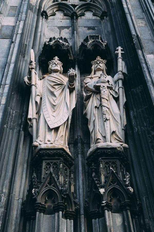 Nhà thờ còn lưu giữ các bức tranh tôn giáo của hoạ sĩ ở Cologne vào thế kỷ 15. Bên cạnh đó, các bức tượng chân dung, pháp y của Thánh, Thánh thể, kinh Phúc âm đều được bảo tồn nguyên vẹn trong nhà thờ Cologne.