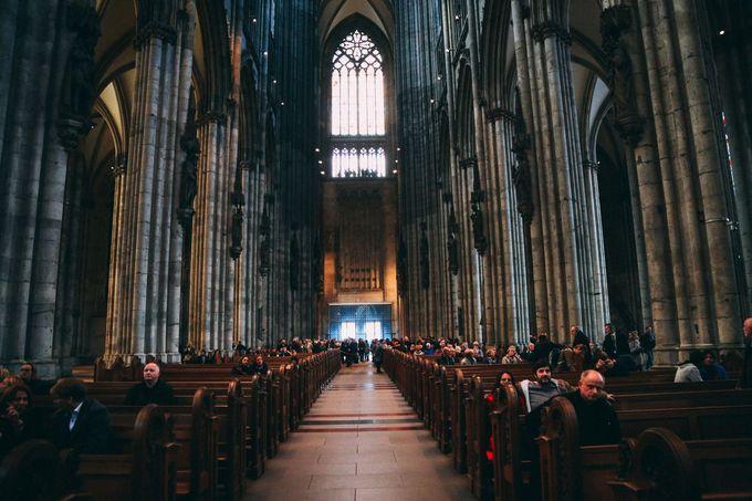 Nhà thờ Cologne được xem là nơi có dàn hợp xướng lớn nhất phương Tây, với 106 chỗ ngồi cho dàn hợp xướng. Những giai điệu hợp xướng cất lên từ bên trong nhà thờ chính là điểm nhấn tạo nên nét thư giãn cho du khách khi đến tham quan.