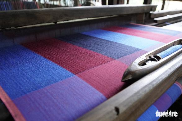 Làng nghề dệt choàng Long Khánh có thêm nhiều sản phẩm đa công dụng - Ảnh: NGỌC TÀI