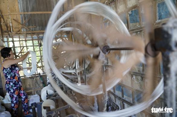 Quay chỉ một trong những công đoạn sản xuất để làm ra một sản phẩm dệt choàng - Ảnh: NGỌC TÀI