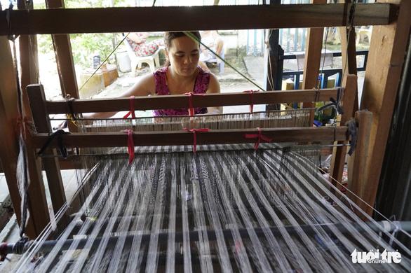 Khăn rằn vẫn giữ một vị trí quan trọng trong bộ sưu tập sản phẩm làng nghề dệt choàng Long Khánh. Chúng vừa mang giá trị truyền thống, vừa là sản phẩm nuôi sống làng nghề một thời - Ảnh: NGỌC TÀI
