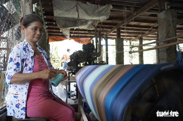 Công xưởng quay chỉ nhiều sắc màu của bà Lê Thị Nài - Ảnh: NGỌC TÀI