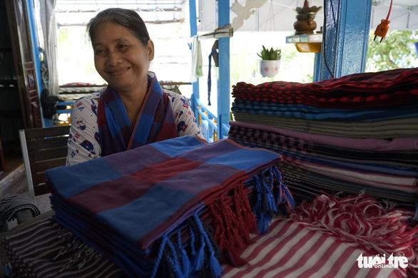 Bà Lê Thị Nài, một nghệ nhân dệt choàng từng trăn trở với sứ mệnh giữ nghề truyền thông, nay đã thỏa nguyện vì làng nghề được vực dậy, nhộn nhịp - Ảnh: NGỌC TÀI