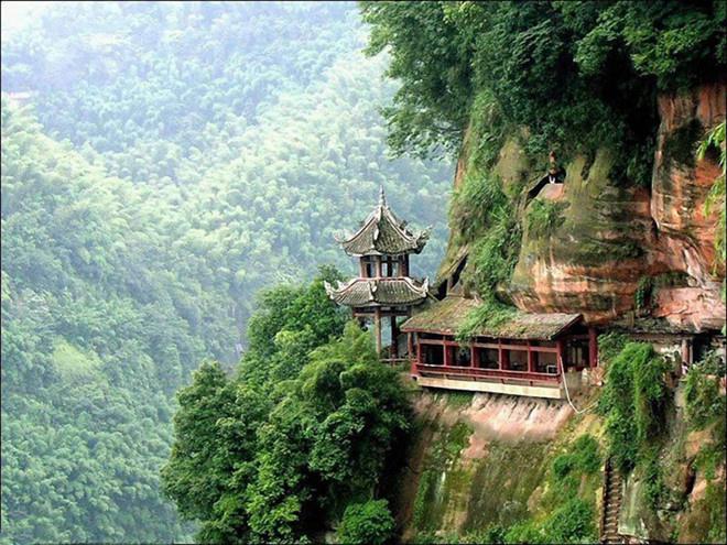 """Núi Nga Mi: Nhắc đến núi Nga Mi, tín đồ của """"Ỷ Thiên Đồ Long ký"""" sẽ nhớ ngay đến những nhân vật nổi tiếng như Chu Chỉ Nhược, Diệt Tuyệt sư thái. Trong thế giới của Kim Dung, võ lâm Trung Nguyên lúc bấy giờ chia làm 3 phái lớn là: Thiếu Lâm, Võ Đang và Nga Mi.  Ngoài đời thực, núi Nga Mi còn có tên gọi khác là Đại Quang Minh Sơn nằm ở tỉnh Tứ Xuyên, thuộc miền Tây Trung Quốc. Nga Mi cũng là ngọn núi có nhiều chùa miếu và là một trong Tứ đại Phật giáo danh sơn của Trung Hoa, bên cạnh núi Ngũ Đài, núi Cửu Hoa và núi Phổ Đà. Ảnh: ChinaImage."""