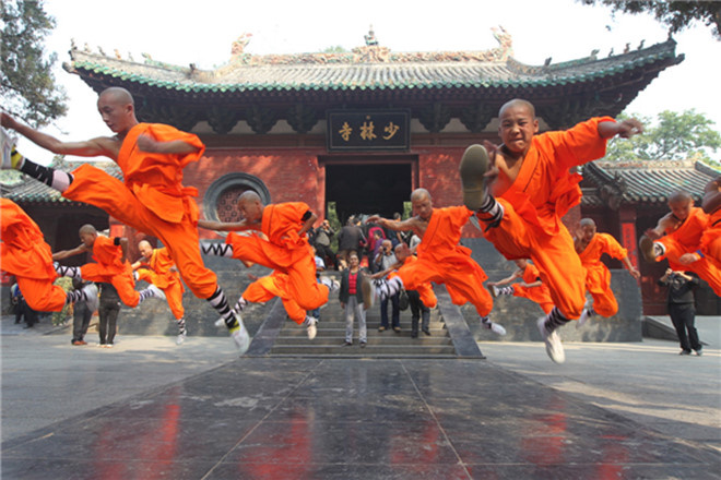 Thiếu Lâm Tự: Trong thế giới của Kim Dung, Thiếu Lâm Tự được ví như Thái Sơn Bắc Đẩu, là cái nôi của võ học Trung Nguyên. Thiếu Lâm ngoài đời thật là một ngôi chùa uy nghi nằm trên núi Thiếu Thất thuộc dãy Tung Sơn, trong địa phận Trịnh Châu, Hà Nam.  Tàng Kinh Các của Thiếu Lâm Tự thật sự từng là nơi lưu giữ kinh sách và các bí kíp võ công của Thiếu Lâm. Qua chiến tranh, hầu hết kinh sách lưu trữ tại đây đã bị đốt cháy, chỉ còn một số ít đang được cất giữ ở một nơi khác. Ảnh: ChinaImage.