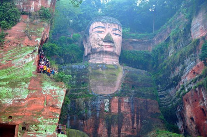 Khi đến thăm Nga Mi, du khách cũng sẽ được chiêm ngưỡng bức tượng Đại Phật Lạc Sơn tạc trên vách núi lớn nhất thế giới. Tượng cao 71 m và được chế tác trong 90 năm. Đỉnh đầu có 1.021 búi tóc, phần móng tay của bức tượng cũng đủ cho một người ngồi. Đại Phật Lạc Sơn cùng với Nga Mi Sơn đã được UNESCO công nhận là Di sản thế giới năm 1996. Ảnh: ChinaImage.