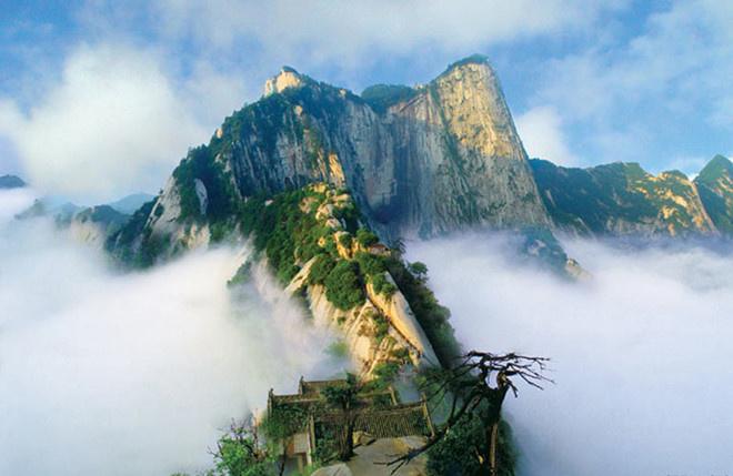 """Hoa Sơn nằm ở ngoại ô thành phố Tây An, tỉnh Thiểm Tây, với năm đỉnh núi chính, trong đó đỉnh cao nhất (2.154,9 m) là ngọn Nam Phong (ở phía Nam) hay còn được gọi là Lạc Nhạn.  Ngọn núi có hình dáng dựng đứng và xòe rộng như một bông hoa nên được đặt tên là Hoa Sơn. Đỉnh chính của dãy Hoa Sơn cao đến 2.083 m.  Khi tới thăm ngọn núi này, bạn có thể tận mắt thấy dòng chữ """"Hoa Sơn luận kiếm"""" do chính tay Kim Dung chấp bút. Ảnh: ChinaImage."""