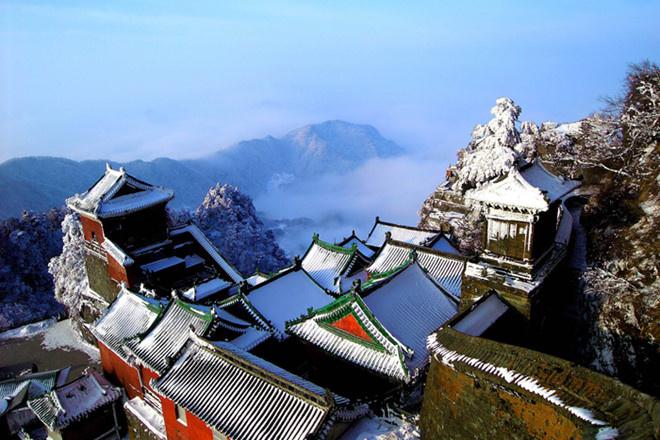 """Núi Võ Đang: Trong """"Ỷ Thiên Đồ Long ký"""", sư tổ Trương Tam Phong đã sáng lập ra phái Võ Đang trên ngọn núi cùng tên. Nhân vật này cũng là người sáng tạo Thái Cực quyền và Thái Cực kiếm.  Ngoài đời thật, núi Võ Đang hay còn gọi là núi Thái Hòa, là một dãy núi nằm ở phía Nam thành phố Thập Yển, Tây Bắc của tỉnh Hồ Bắc với ngọn núi chính là Hải Bạt cao 1.612 m. Nơi này cũng được UNESCO công nhận là Di sản thế giới vào năm 1994. Ảnh: ChinaImage."""
