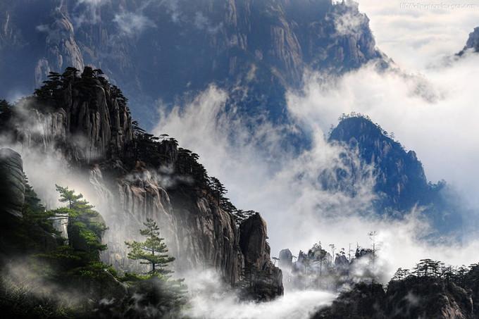 Đỉnh Quang Minh nằm ở dãy Hoàng Sơn, phía nam tỉnh An Huy, miền Đông Trung Quốc. Ba đỉnh cao nhất của Hoàng Sơn là đỉnh Liên Hoa (1.864 m), đỉnh Quang Minh (1.840 m) và đỉnh Thiên Đô (1.829 m). Ảnh: Joel Santos.