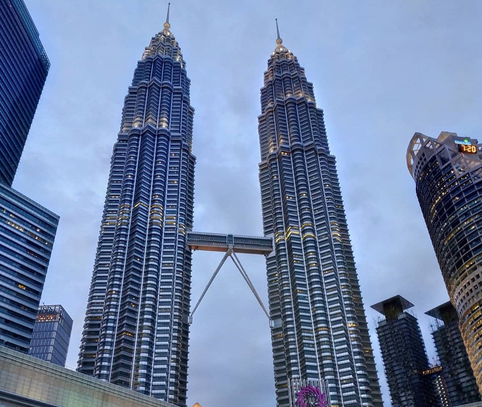 Thức ăn thừa 18 ngày chất cao bằng tòa tháp đôi: Theo Channel News Asia, lượng chất thải thực phẩm của Malaysia trong 18 ngày bằng tòa tháp đôi Petronas 88 tầng, cao 492 m, ở Kuala Lumpur. Cơ quan xử lý chất thải rắn nước này cho biết, người Malaysia tạo ra khoảng 38.000 tấn chất thải mỗi ngày, lãng phí 8.000 tấn thực phẩm, chôn lấp 3.000 tấn, tương đương khẩu phần ăn của khoảng 2 triệu người dân. Ảnh: Mapa_viajero.