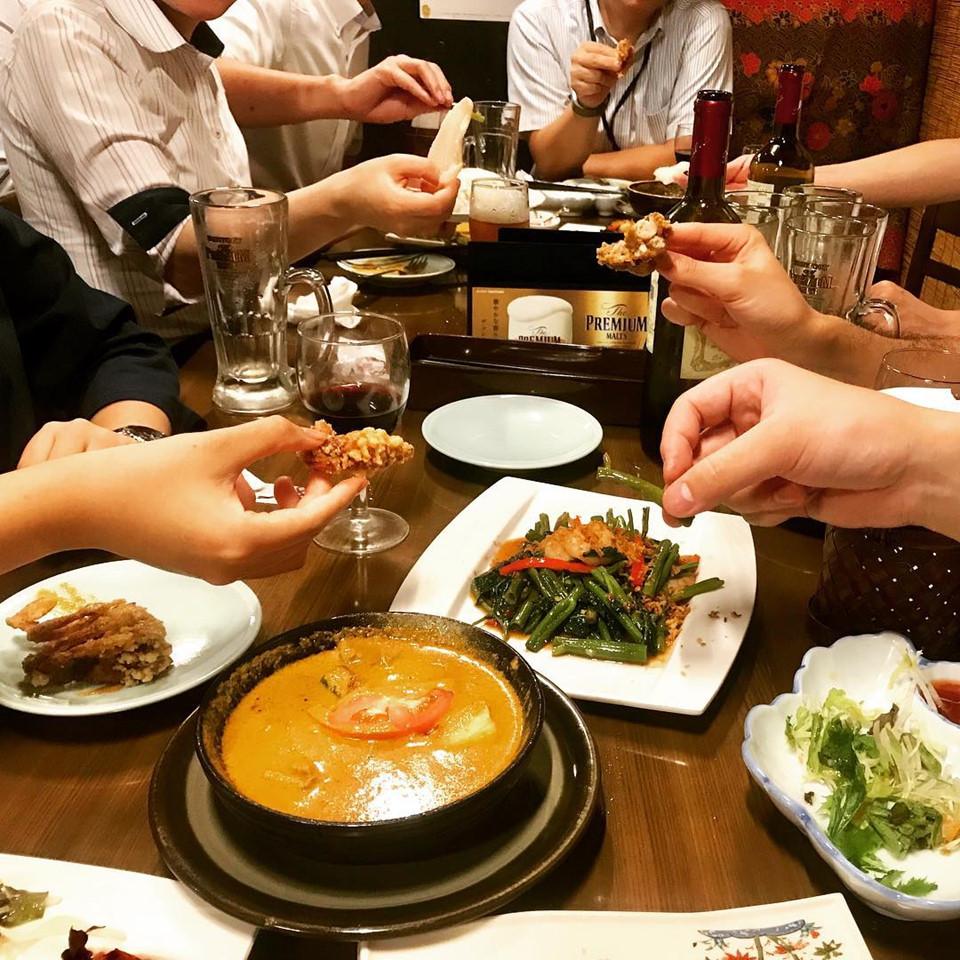 Ăn bốc, tưởng không vui nhưng vui không tưởng: Ăn bằng tay là tiêu chuẩn ở một số nước Đông Nam Á như Malaysia, Indonesia, Sri Lanka và Ấn Độ. Mỗi nhà hàng sẽ có một bồn rửa tay và xà phòng trong khu vực ăn uống. Khi ăn bằng tay, bạn chỉ được sử dụng tay phải của mình, đầu ngón tay để trộn thức ăn và dùng nước sốt để làm cho gạo dính với nhau trước khi thưởng thức. Ảnh: Yuezhuangyuan.