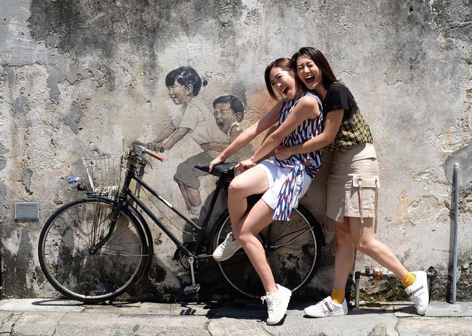 Tránh việc ôm hôn nơi công cộng: Hầu hết người dân địa phương (đặc biệt là người Hồi giáo) không thích thể hiện tình cảm quá mức ở nơi công cộng. Ngoài ra, quốc gia này có quy định cấm ôm, hôn trên xe lửa, xe buýt và taxi. Một nụ hôn má là chuyện bình thường ở nhiều quốc gia, nhưng ở Malaysia, bạn có thể sẽ phải hầu tòa vì hành vi đó. Ảnh: Kakikakileung.