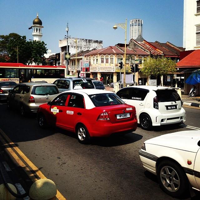 Giá taxi không đi liền với chất lượng: Ở Malaysia, giá taxi nổi tiếng đắt đỏ bởi các tài xế thường từ chối bật đồng hồ đo quãng đường khi chở khách du lịch nước ngoài. Để tránh điều này, bạn hãy đảm bảo đồng hồ được bật trước khi vào taxi, mua phiếu giảm giá taxi tại các quầy trong Sân bay Quốc tế Kuala Lumpur, ga KL Sentral và bến xe buýt hoặc sử dụng ứng dụng taxi đáng tin cậy như MyTeksi, EasyTaxi để đặt vé. Ảnh: Sandaykc.