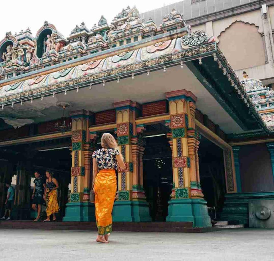 Cởi giày trước khi vào nhà và các cơ sở tôn giáo: Ở Kuala Lumpur, bạn nên cởi giày trước khi vào nhà và các cơ sở tôn giáo. Điều này thể hiện sự tôn trọng tín ngưỡng quốc gia. Ngoài ra, du khách cũng được yêu cầu ăn mặc kín đáo, không được phép mặc quần đùi, áo không tay và váy ngắn khi đến thăm nhà thờ Hồi giáo, đền Hindu và hang Batu nổi tiếng. Ảnh: Leno_avory.