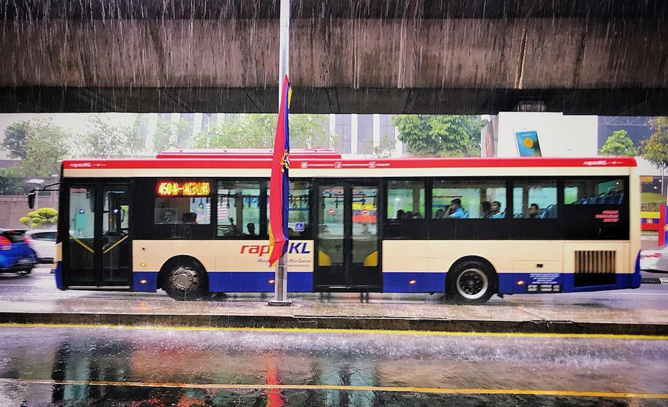 Những cơn mưa bất chợt: Thời tiết ở Kuala Lumpur nóng ẩm quanh năm với lượng mưa không thường xuyên. Mùa mưa lớn và giông bão thường diễn ra vào giữa các tháng 3 và tháng 4. Trong những tháng mưa này, bạn đừng tin vào trực giác của mình, thậm chí là dự báo thời tiết, hay luôn mang theo ô khi khám phá thành phố vì những cơn mưa có thể đến bất cứ lúc nào. Ảnh: Directoranandmurthy.