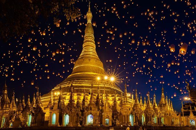 Trước đây, thủ đô của Myanmar là Yangon, tới năm 2005, chính phủ quyết định dời đô về Naypyidaw. Địa điểm du lịch nổi tiếng, thu hút nhiều du khách của cố đô Yangon là chùa vàng Shwedagon. Tuyển Việt Nam đang ở trong khách sạn 5 sao chỉ cách chùa vàng 1,5 km. Ngày 20/11 tới, đội bóng đá Myanmar sẽ gặp Việt Nam trong khuôn khổ AFF Cup. Ảnh: BestMyanmar.