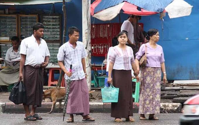 Trang phục truyền thống của đàn ông Myanmar là chiếc váy dài được gọi là longyi. Họ tự hào khi diện bộ trang phục dân tộc này. Nam giới khi mặc váy sẽ thắt nút ở phía trước còn phụ nữ buộc bên hông. Ảnh: Luxurymyanmarrivercruises.