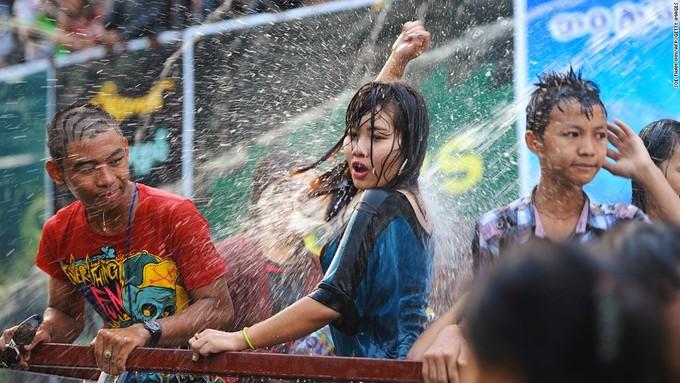 Năm mới của đất nước diễn ra vào tuần thứ hai của tháng 4 hàng năm. Đây cũng là thời điểm người dân tổ chức lễ hội té nước với mong ước gặp nhiều may mắn. Ảnh: CNN.