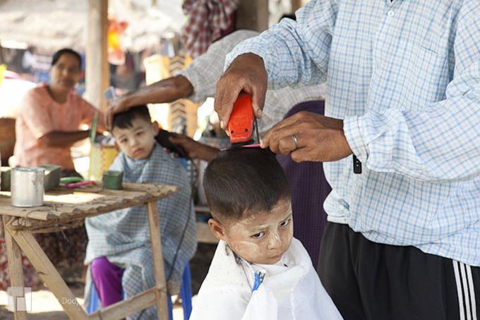 Người dân thường không cắt tóc vào ngày thứ hai, thứ sáu và sinh nhật của mình. Ảnh: Strategic Frames.