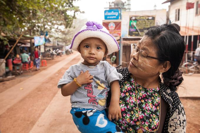 Trẻ em thường đeo một sợi dây quanh cổ hoặc cổ tay. Sợi dây được coi như bùa hộ mệnh, giúp các bé được bảo vệ, tránh xa khỏi ma quỷ. Ảnh: Calvary Global Kids.