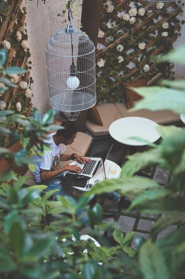 Oromia Coffee  Nằm tách biệt trong một con hẻm trên đường Nam Kỳ Khởi Nghĩa, quận 3, quán cà phê này thu hút nhiều bạn trẻ Sài Gòn không chỉ nhờ không gian ấn tượng mà còn bởi sự yên bình và nhẹ nhàng.  Quán mang dáng dấp của một quán cà phê phương Tây với lối kiến trúc đặc trưng, màu sắc trang nhã, không quá cầu kỳ. Bên cạnh đó, nơi đây còn tạo cảm giác gần gũi với thiên nhiên cho thực khách khi khắp nơi trong quán đều được phủ bởi màu xanh của cây cối, đặc biệt là ngay lối đi, khách có thể ngắm cá. Ảnh: Oromia Coffee.