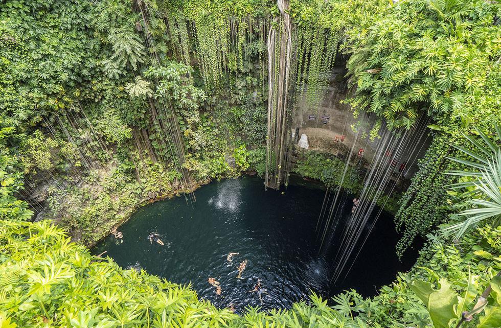 Các du khách thích thú bơi lội tại hố sụt tự nhiên Ik Kil ở Chichen Itza, Mexico - Ảnh: Donald Miralle/Getty/Lumix