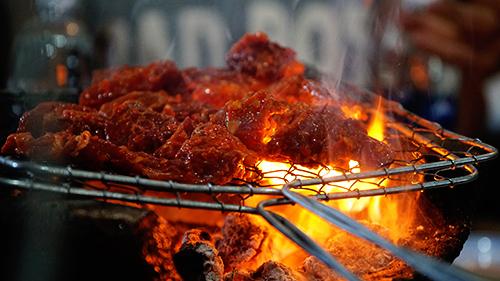 Thịt được nướng trên than hồng. Ảnh: Di Vỹ.