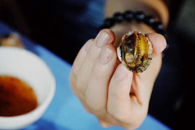 Những con sò huyết tươi rói được nướng lên, khi ăn rất ngọt. Các phần ăn được làm vừa đủ cho khoảng 2 - 3 người ăn, có giá từ 60.000 đồng một phần, tuỳ theo loại ốc và cách chế biến.