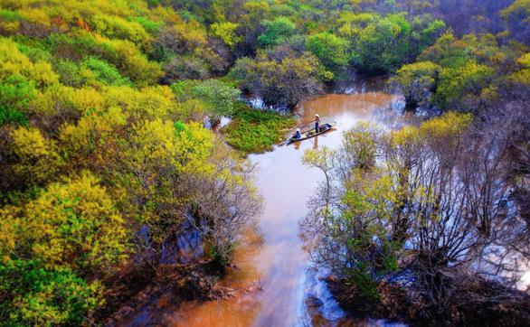 Chiếc thuyền bé nhỏ tô điểm cho cảnh vật rừng Rú Chá mùa thu thêm phần sinh động