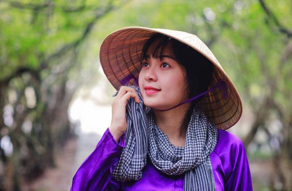 Nét duyên của thiếu nữ khi tạo dáng tại cảnh quan rừng Rú Chá