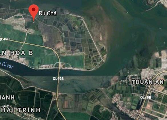 Du khách có thể tới Rú Chá từ cảng cá Thuận An, vượt qua cửa biển, dạo chơi bằng ghe hoặc tàu đánh cá, cũng là một trải nghiệm rất thú vị - Ảnh chụp màn hình