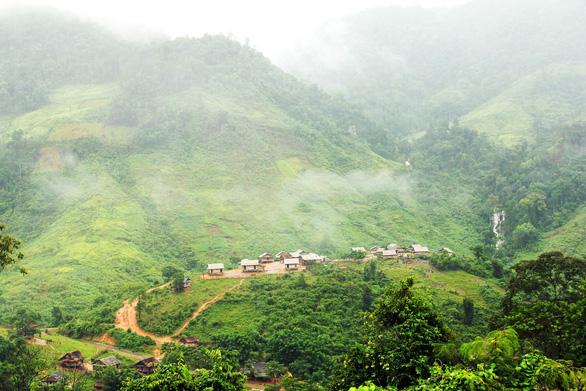 Nhìn từ trên cao, Tà Vờng đẹp như một bức tranh giữa núi rừng - Ảnh: HOÀNG BÙI