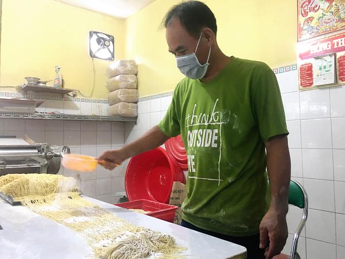 Quán sản xuất mì liên tục trong ngày để đảm bảo độ tươi phục vụ khách. Nguyên liệu chính để làm sợi mì gia truyền là trứng, bột mì và nước tro tàu. Sau khi bột được nhào thật kỹ thì cho nghỉ để nở và cán mỏng, sau đó cắt thành sợi bằng máy rồi cắt thành từng vắt nhỏ. Mì tự làm thơm mùi trứng, sợi to vừa phải, mềm. Các công đoạn diễn ra ở một gian nhà nhỏ đằng sau chỗ ngồi của khách. Người tò mò có thể đi lại gần và quan sát quá trình này.