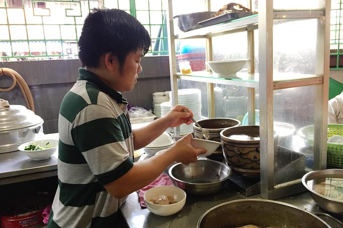 Khi có khách gọi món, nhân viên sẽ báo cho đầu bếp chuẩn bị tại gian bếp được đặt ở một góc nhà.