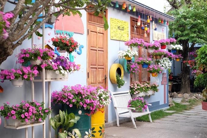 Nằm ngay trung tâm thành phố Kom Tum, tiệm cà phê Yours của một chàng trai trẻ mê làm vườn có thể khiến bạn yêu ngay từ cái nhìn đầu tiên nhờ không gian đầy hoa lãng mạn.
