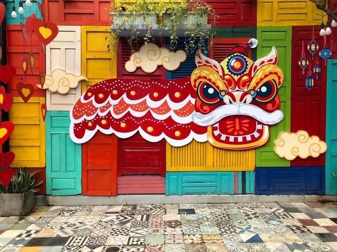 Hình con lân trước bức tường đủ sắc màu ghép từ nhiều cánh cửa gỗ trở thành điểm check-in yêu thích của khách dịp Trung Thu.