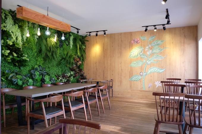 Quán có hai khu, khu ngoài vườn thoáng mát cho khách tận hưởng khí trời trong lành ở phố núi. Không gian trong nhà có máy lạnh, trang trí gần gũi với thiên nhiên, tạo cảm giác thư giãn.