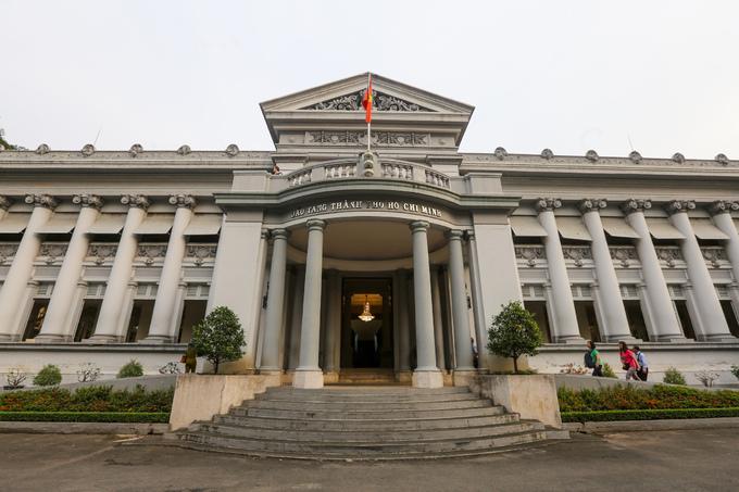 Bảo tàng TP HCM (đường Lý Tự Trọng, quận 1, TP HCM) nằm trên khu đất rộng gần 2 ha. Tòa nhà do kiến trúc sư người Pháp, Alfres Foulhoux, thiết kế được xây dựng từ năm 1885 đến năm 1890.  Trước năm 1975, công trình mang tên dinh Thống đốc, Phó soái nhưng quen thuộc nhất là tên dinh Gia Long. Công trình từng được sử dụng làm Bảo tàng Thương mại rồi thành dinh thự cho thống đốc Nam Kỳ Hoefel.