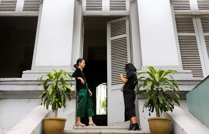 Bốn khu vực chính thu hút du khách chụp hình là phần cổng chính diện, cầu thang chính, sân thượng tầng 2 và hành lang. Với nét kiến trúc cổ điển, nơi nào trong tòa nhà cũng trở thành phông nền sáng tác ảnh.