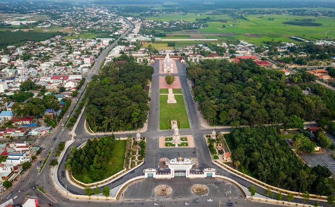 Tòa thánh Tây Ninh là công trình tôn giáo của đạo Cao Đài, tọa lạc tại huyện Hòa Thành, cách thành phố Tây Ninh khoảng 4 km. Đạo Cao Đài ra đời cuối năm 1926 tại đây. Khuôn viên tòa thánh rộng hơn một km2 với những con đường thênh thang liên kết các kiến trúc với nhau.