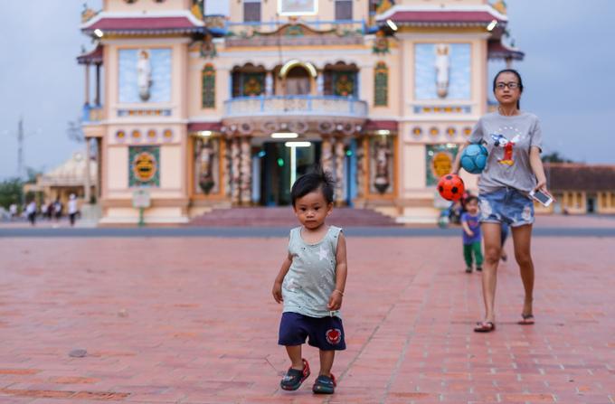 Là Thánh địa lớn nhất của tôn giáo Cao Đài, hàng năm Tòa Thánh Tây Ninh thu hút hàng triệu lượt du khách tham quan và các tín đồ hành hương. Vào buổi chiều, nơi đây trở thành điểm thư giãn, dạo mát của người dân trong vùng.